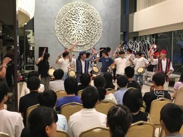 沖縄国際大学のサークル方々と一緒に太鼓の音が響き渡りました